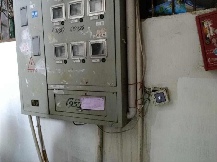 """楼道内的电表箱电线私拉乱接,乱伸""""舌头"""",且开关座破损脱落,存在安全"""